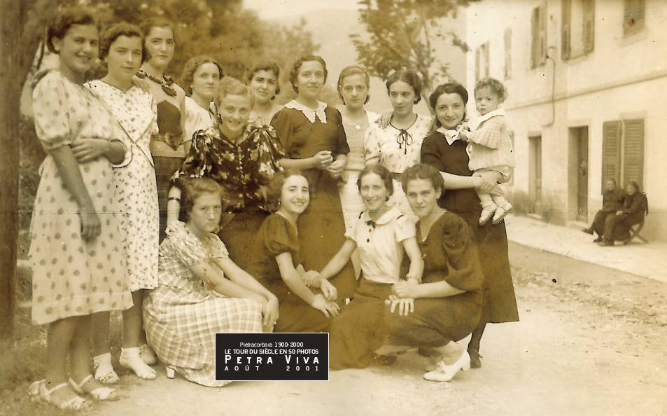 1939. Le groupe des jeunes filles en fleur. Elles posent au Ponticellu mais viennent aussi de l'Oreta. Elles sont une bande d'amies, certaines joyeuses, d'autres plus graves. Les visages sont très reconnaissables. Soixante dix ans plus tard, à vous de les identifier. Collection Paul Franceschi.