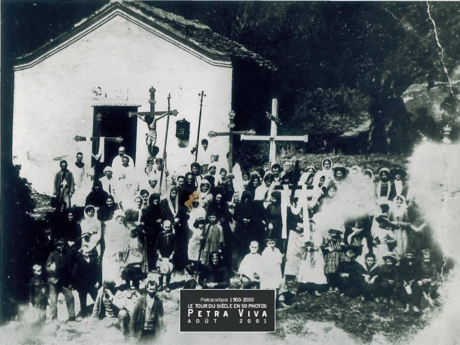 1913. Procession de Saint Clément, le saint patron de l'église paroissiale. Cette photo, tirée en carte postale, a été largement distribuée dans les familles du village. Observez, en haut à gauche de la photo, les maisons du hameau de l'Ornetu. Pour prendre ce cliché, le photographe est dos au clocher. Collection Félix Giuliani.