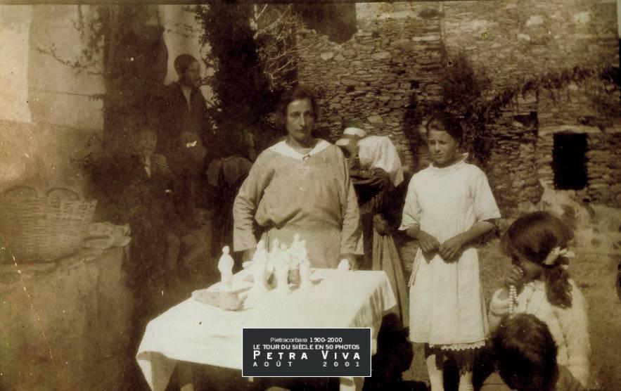 1918. Fête de Saint Pancrace à Lapedina suprana. Sur le parvis de la chapelle i banchetti sont installés. Les femmes (dont Toussainte Dominici) proposent, à la vente, des statuettes de Saint Pancrace. Observez, à droite de la photo, l'arcu (l'arc d'honneur) qui ouvre sur la placette de la chapelle. Collection Félix Giuliani.