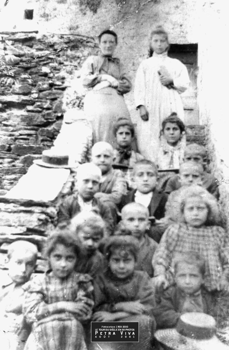 1900. Classe à Lapedina suprana. Un an plus tôt, en 1899, on possède le nombre exact d'enfants scolarisés dans la seule école du hameau : 17. Observez la coupe à zéro des garçons, sans doute pour lutter contre les poux. Collection Félix Giuliani.