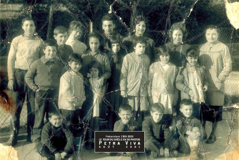1961. Les enfants du baby-boom. Ils sont nés, pour la plupart, après 1948 et ils ont, sur cette photo, entre 5 et 12 ans. Marie Damiani - la maîtresse - est déjà en poste au village depuis 20 ans. Collection Ginette Albertini.