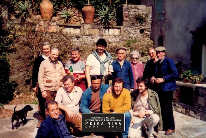 1983. Victoire électorale. Pierre Orsatelli vient d'être élu maire de Pietracorbara. Ses amis ont dressé à l'Ornetu le mât de la victoire. Ils posent, ici, pour la photo souvenir. Observez la place des bouteilles, symbole du succès que l'on fête. Collection Félix Giuliani.