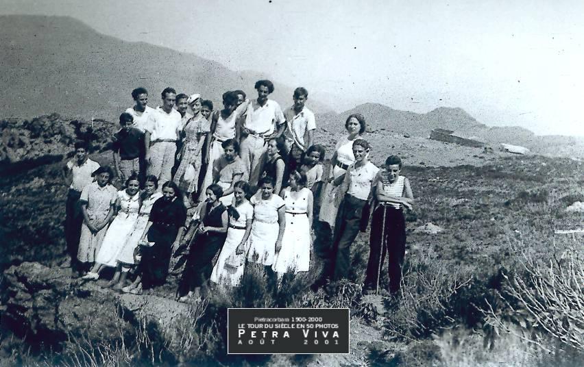 1934. Promenade vers les sommets. Vingt-cinq jeunes sont en balade. Il s'agit probablement de la Petricaggiola, sur les hauteurs de Barrettali, de l'autre côté de la ligne de crête. Observez la bergerie en contre bas. Collection Paul Franceschi.