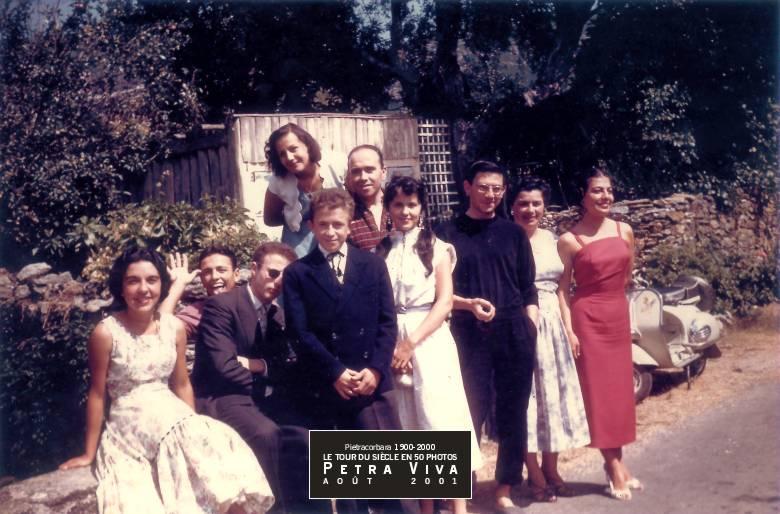 1957. La bande du Ponticellu. Un dimanche d'été à la sortie de la messe : ils sont presque tous sur leur trente-et-un pour cette photo de groupe furieusement années 50. Remarquez le scooter blanc - une vespa - qui attend son conducteur. Collection Dédé Sinigaglia.
