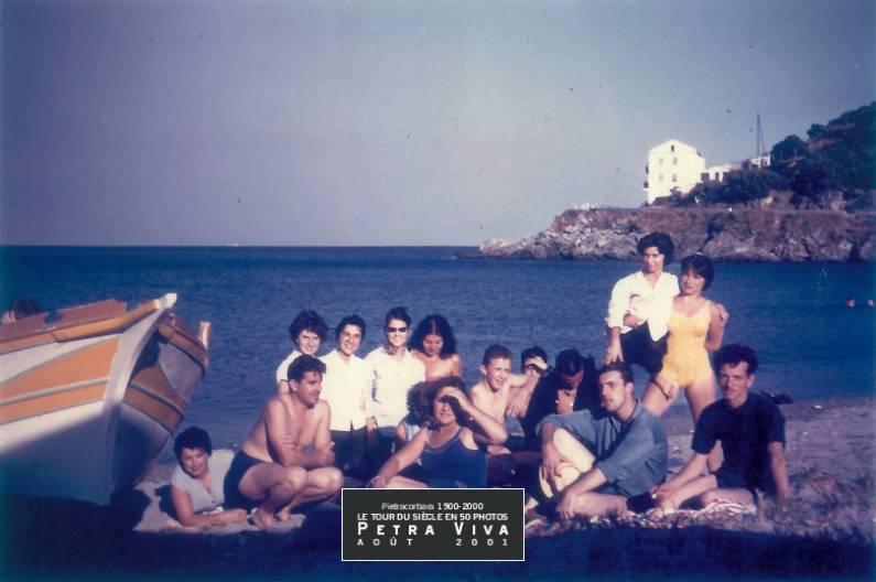 1958. La bande du Ponticellu et de l'Ornetu à la plage. Cheveux au vent, sourires aux lèvres, une partie de la bande du Ponticellu et de l'Ornetu pose pour la postérité. Collection Nanou Graziani.