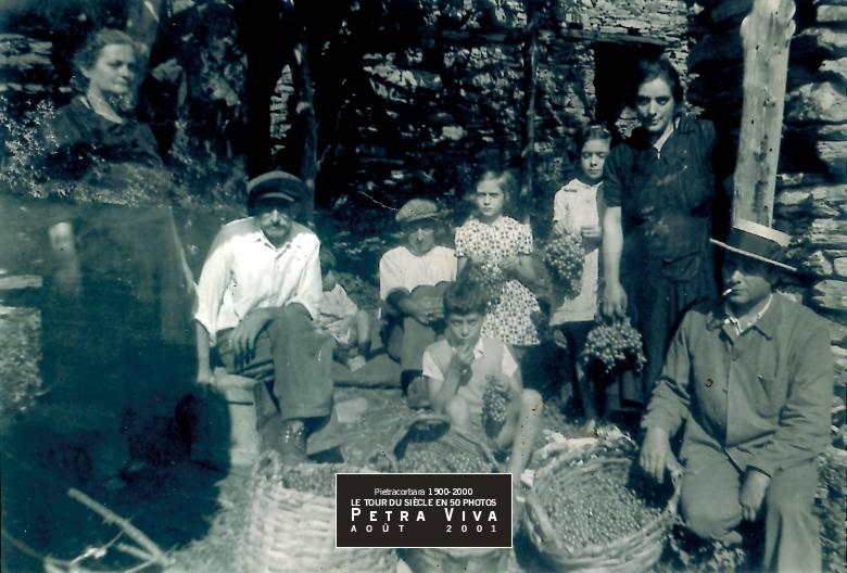 1938. Vendanges à Vecchjulacce. Après l'effort, le réconfort : la famille rassemblée devant la canave (maison d'usage agricole) dans un hameau aujourd'hui ruiné, près de Lapedina. Observez la taille des grappes de raisin. Collection Félix Giuliani.