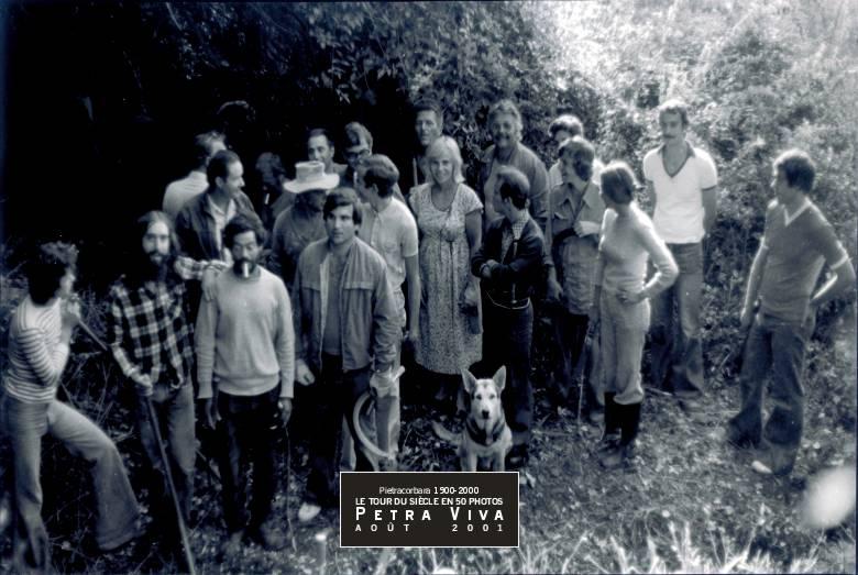 1976. Opération débroussaillage. A Funtanella, entre l'Oreta et l'Ornetu, l'équipe débroussaille sous l'égide de Petra Viva. Observez Wolf, le chien, le seul à vraiment poser pour la photo souvenir. Collection Dominique Antoni.
