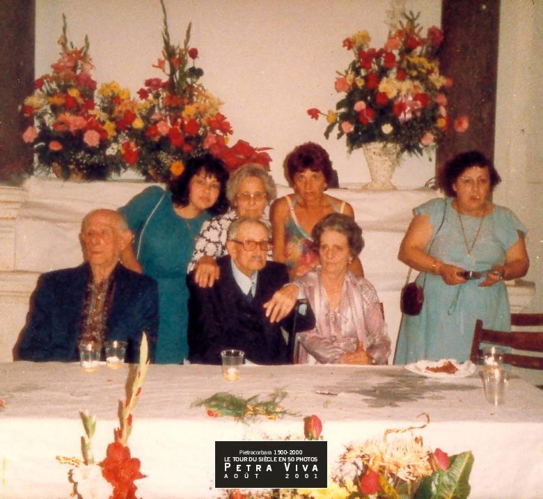 1985. Fête d'un centenaire. A eux deux ils ont 198 ans ! Théodore Dominici a 100 ans. A ses côtés, Vincent Graziani, 98 ans, trinque à la longévité de son frère d'âge mais lui ne parviendra pas à l'égaler. Collection Dédé Sinigaglia.