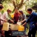 1980 - Distribution d\'huile d\'olive à Lapedina