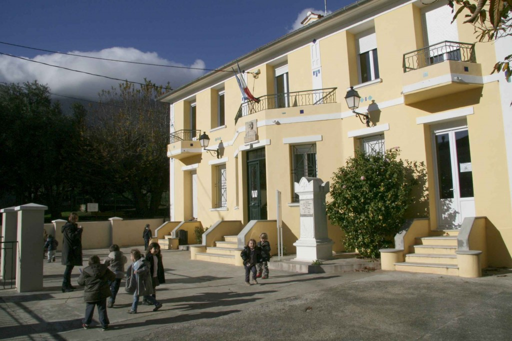 La mairie-groupe scolaire. Novembre 2010. Photo D.A.
