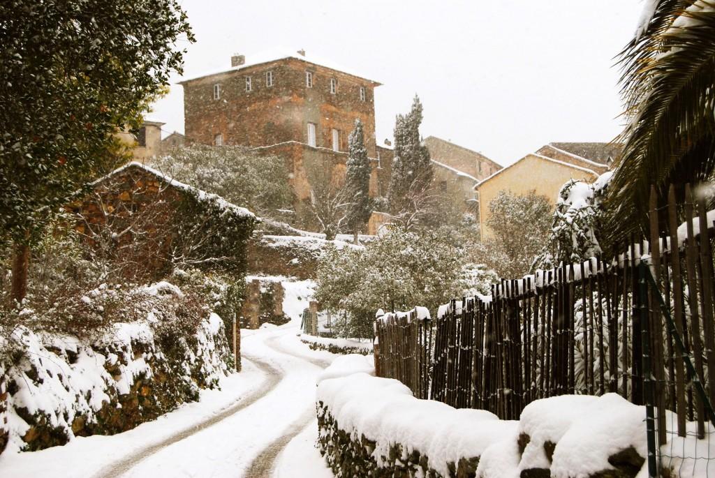 La route d'Ornetu sous la neige. Fevrier 2012. Photo Frédéric Vincent