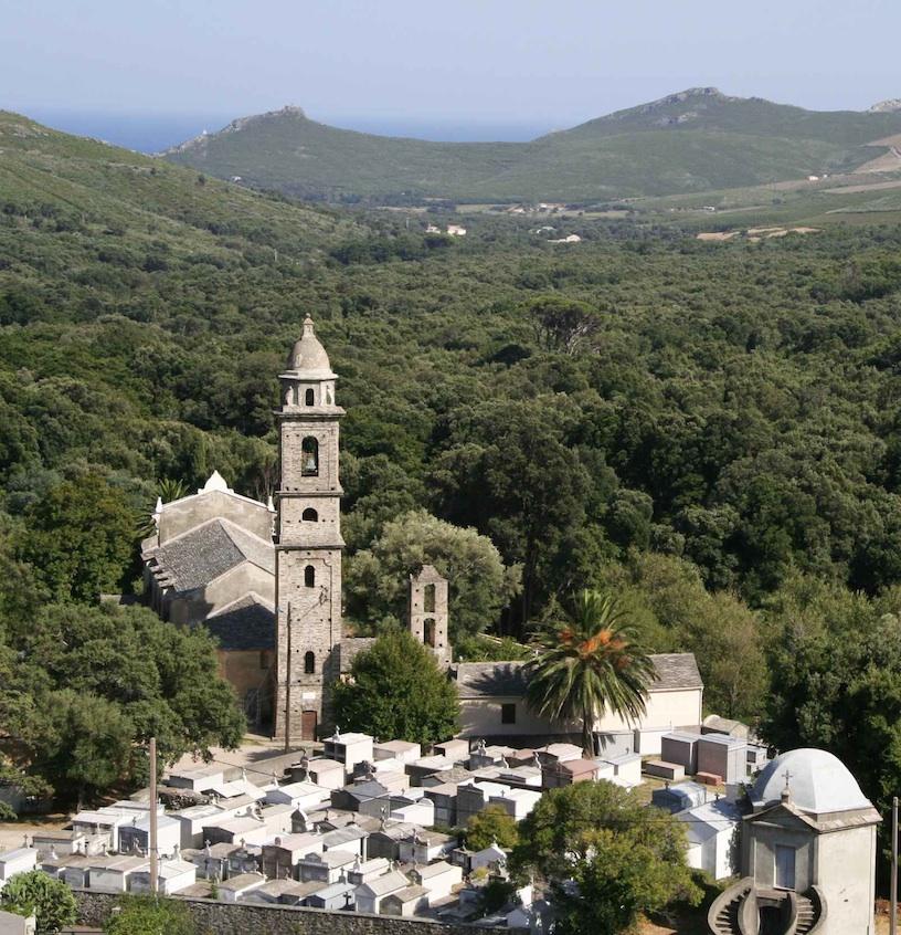 Saint-Clément, le clocher et le cimetière. Août 2010. Photo D.A.