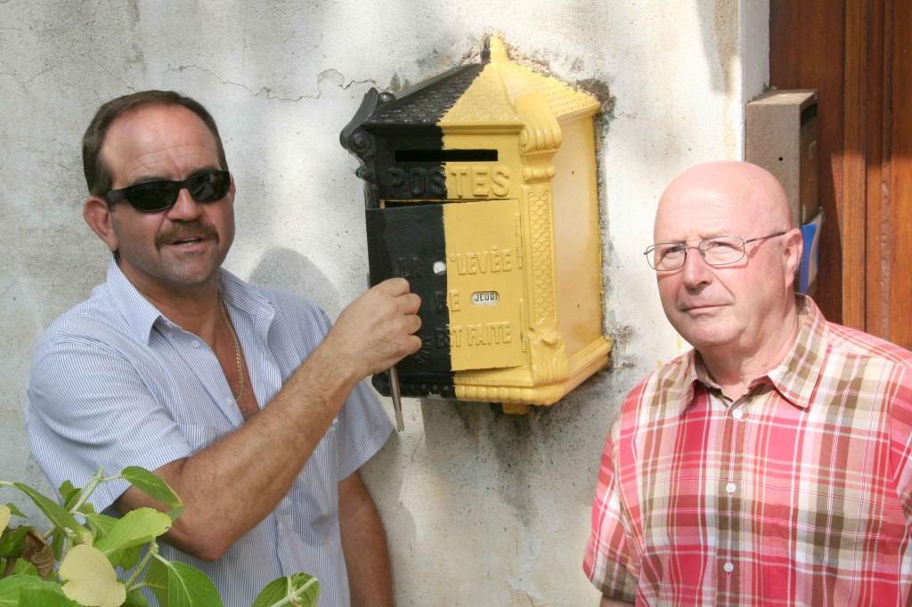 Georges Felce, et Bernard Debret devant la Mougeotte en cours de restauration. Septembre 2008. Photo D.A.
