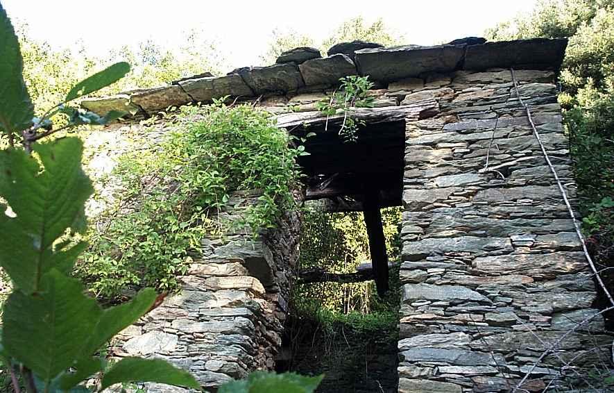 Maison ruinée à Vechjulacce. Octobre 2001. Photo D.A.