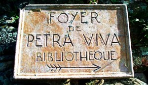 Plaque bibliothèque de Petra Viva. Avril 2000. Photo D.A.