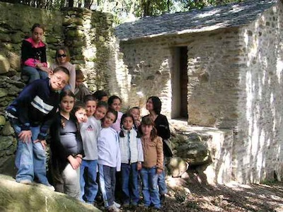 Les enfants de l'école du village en visite au moulin. Avril 2006. Photo D.A